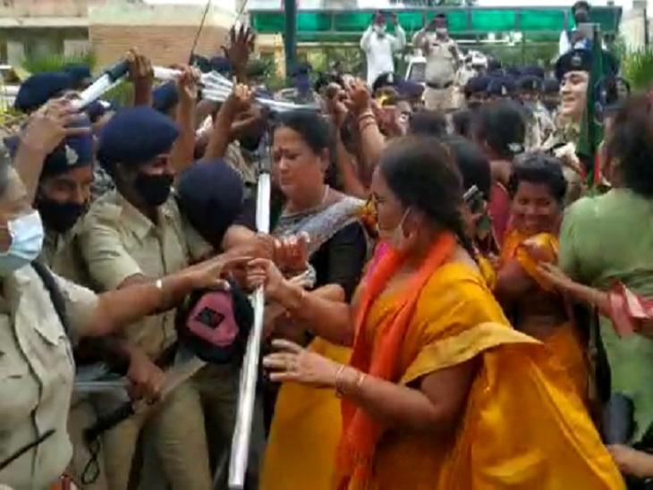 तस्वीर तेलीबांधा इलाके में हुए विरोध प्रदर्शन के दौरान कीं। - Dainik Bhaskar