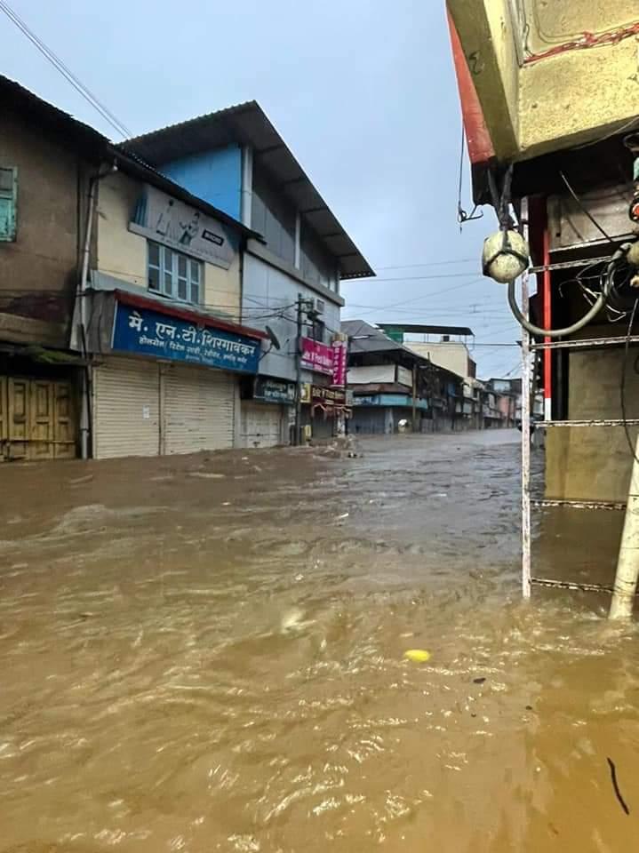 शहरों की गलियों में तेज धार के साथ पानी बह रही थी।