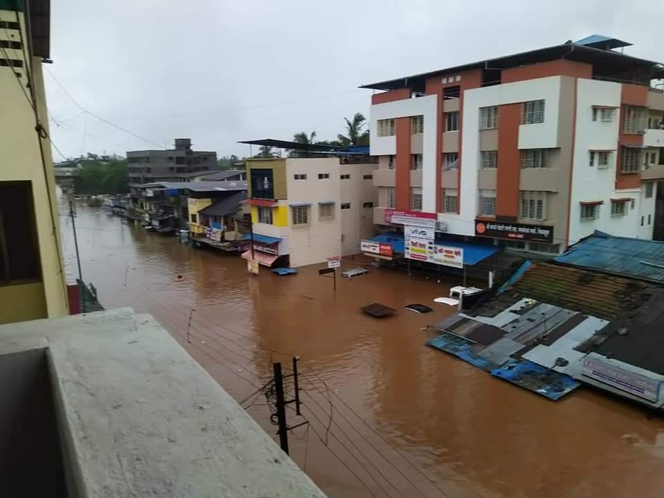 शहरों में पानी दुकान और घरों के दरवाजे तक डुबोए था।