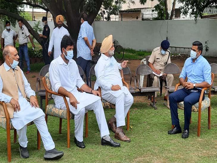 चंडीगढ़ के एसएसपी कुलदीप चहल कांग्रेसी नेताओं से कल के कार्यक्रम को लेकर बात की। - Dainik Bhaskar