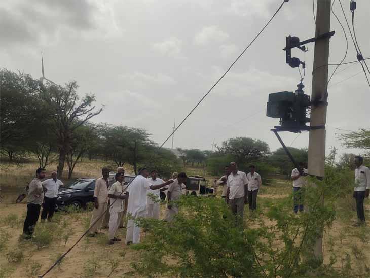 कुई इंदा गांव में करंट प्रवाहित होने के कारणों की जांच करने पहुंची टीम।