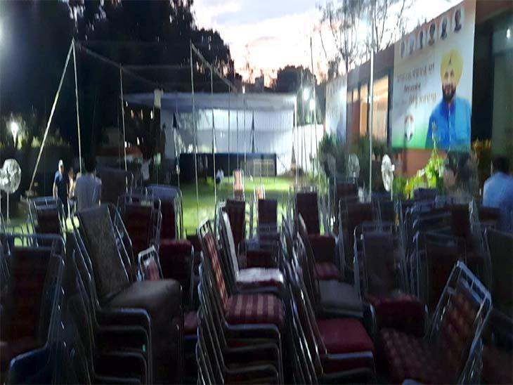 पंडाल बनाया जा रहा है और कुर्सियां लाई गई है