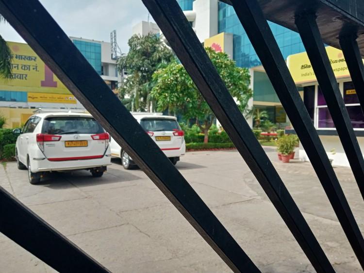 इनकम टैक्स का जयपुर के भास्कर ऑफिस में छापा, पत्रकारों को काम करने से रोकने की कोशिश; सोशल मीडिया पर ट्रेंड हुआ 'आई स्टैंड विथ दैनिक भास्कर'|जयपुर,Jaipur - Dainik Bhaskar