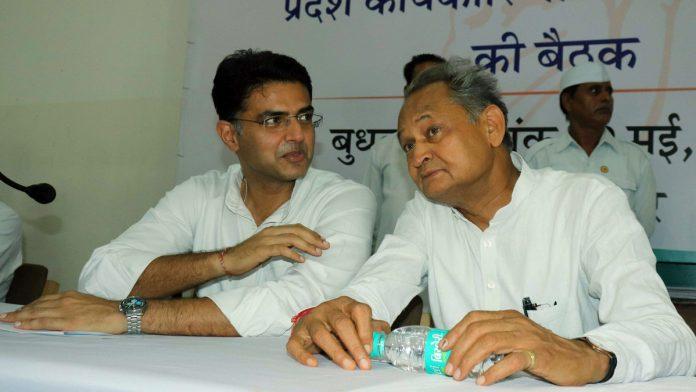 राजस्थान के मुख्यमंत्री अशोक गहलोत और उनके डिप्टी सचिन पायलट की फोटो में जो दिख रहा है, वह सच है नहीं। दोनों में अनबन की खबरें पिछले एक साल से आ रही हैं।