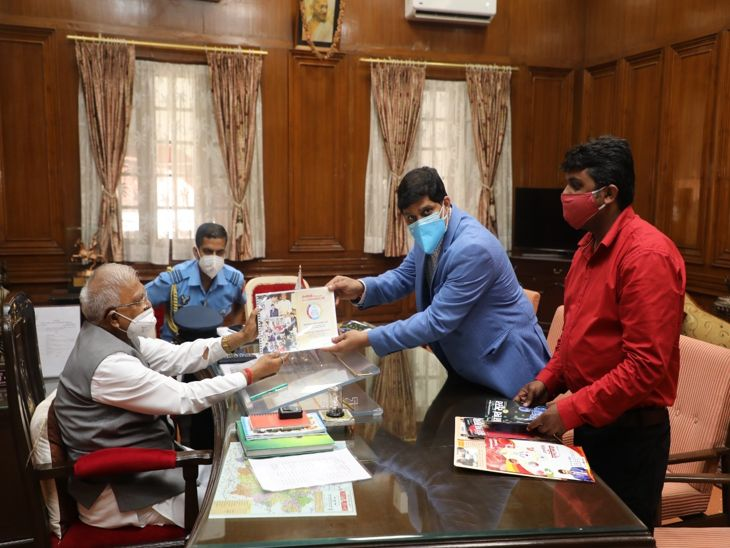 राज्यपाल से मुलाकात  करते फाउण्डेशन  के पदाधिकारी। - Dainik Bhaskar