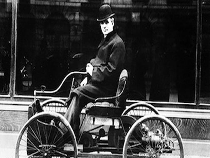 अपनी बनाई क्वाड्रासाइकिल पर हेनरी फोर्ड।