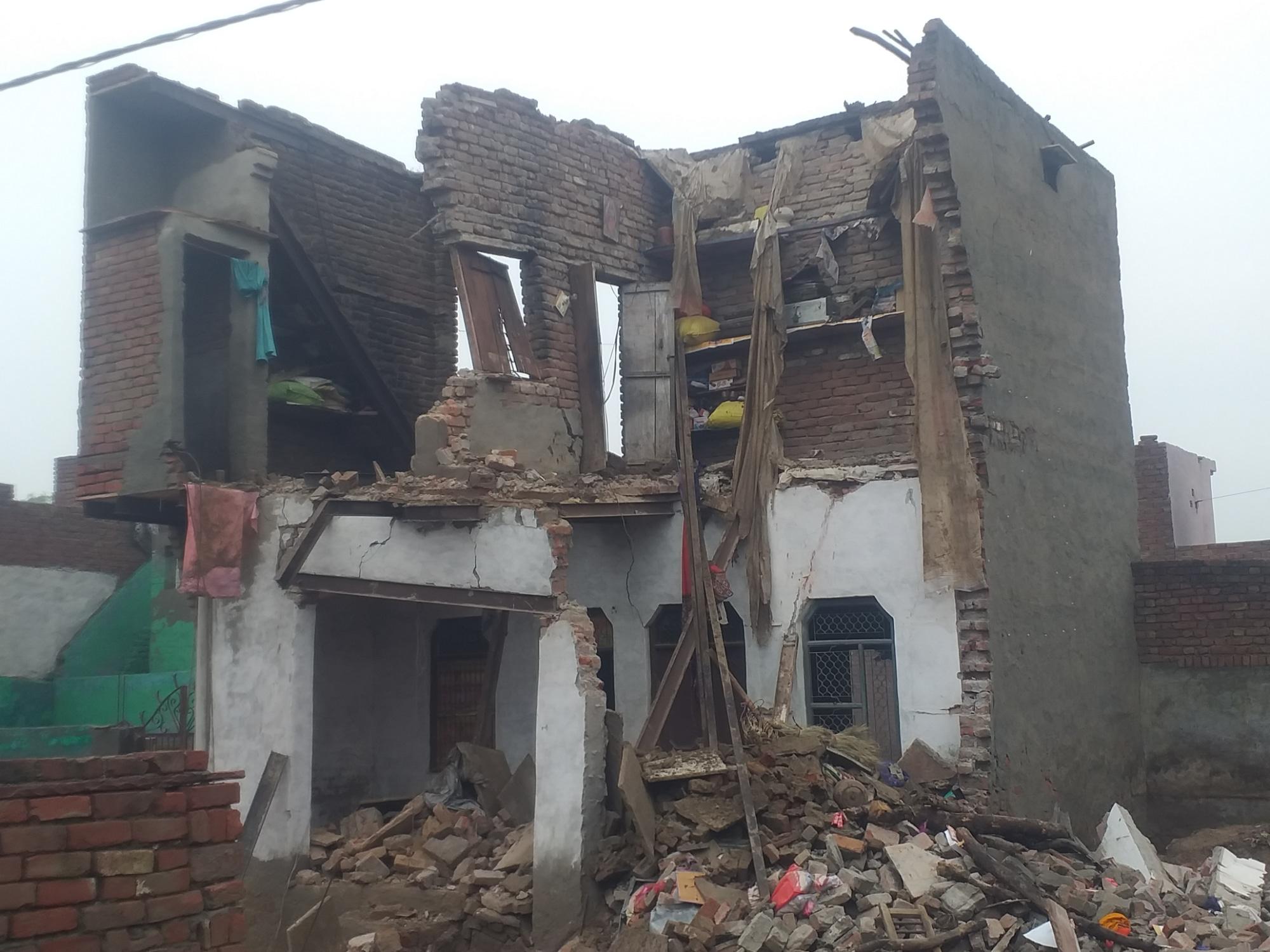 धर्मवीर ने बताया कि घर का सभी जरूरी सामान मकान के मलबे में दबकर खराब हो गया है। - Dainik Bhaskar
