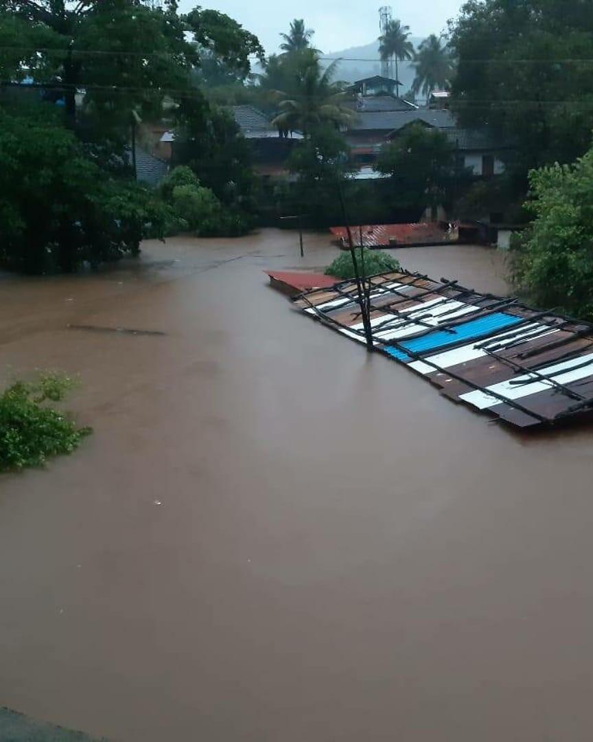 पानी की वजह से घरों का छज्जे दिख रहे थे।