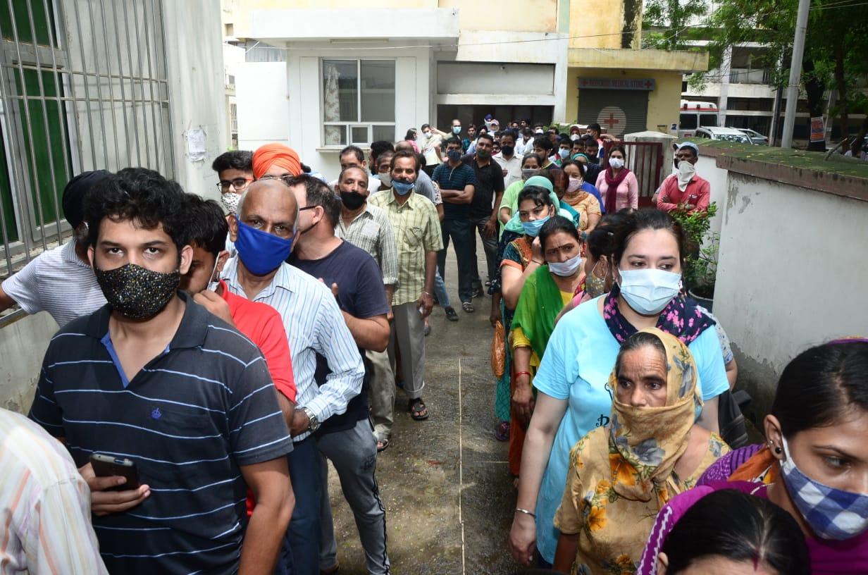 17 हजार डोज एक ही दिन में लगी; नया स्टॉक आने तक बंद रहेंगे वैक्सीनेशन सेंटर, तीसरी लहर के खतरे से कैसे निपटेंगे|जालंधर,Jalandhar - Dainik Bhaskar
