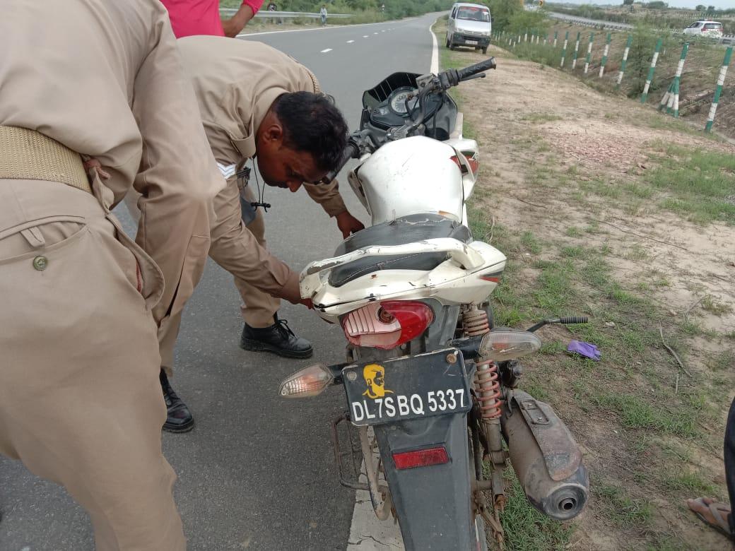 मथुरा से बाइक पर आया युवक, लखनऊ एक्सप्रेस-वे पर बाइक से पेट्रोल निकाला और आग लगा ली; मौके पर ही जलकर मौत|आगरा,Agra - Dainik Bhaskar