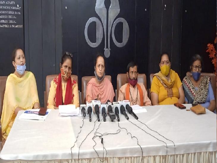 प्रधान नीना तिवारी बोलीं-बाउंसर्स लेकर आया आरोपी,स्टूडेंट्स से भी पिटवाया;प्रशासन से लगाई इंसाफ की गुहार|चंडीगढ़,Chandigarh - Dainik Bhaskar