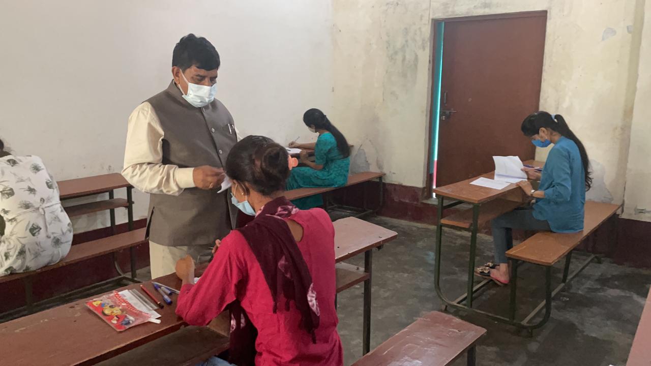यूनिवर्सिटी द्वारा तय 383 केन्द्रों पर स्नातक एवं परास्नातक के अंतिम वर्ष के विद्यार्थियों ने दो पालियों में परीक्षा दी, जिसमें 51 हजार 65 परीक्षार्थी शामिल हुए। - Dainik Bhaskar