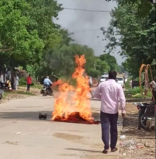 बस स्टैंड पर चाय की दुकान में रखे सिलेंडर में लगी आग, बगल की दुकानों पर पेट्रोल से भरी बोतले रखी थीं; बड़ा हादसा टला|अलवर,Alwar - Dainik Bhaskar