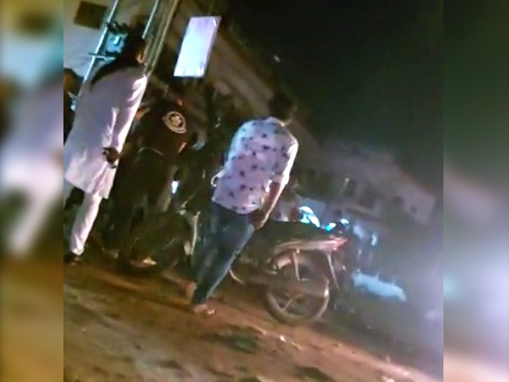 दो पक्षों में बीच सड़क टकराव। - Dainik Bhaskar