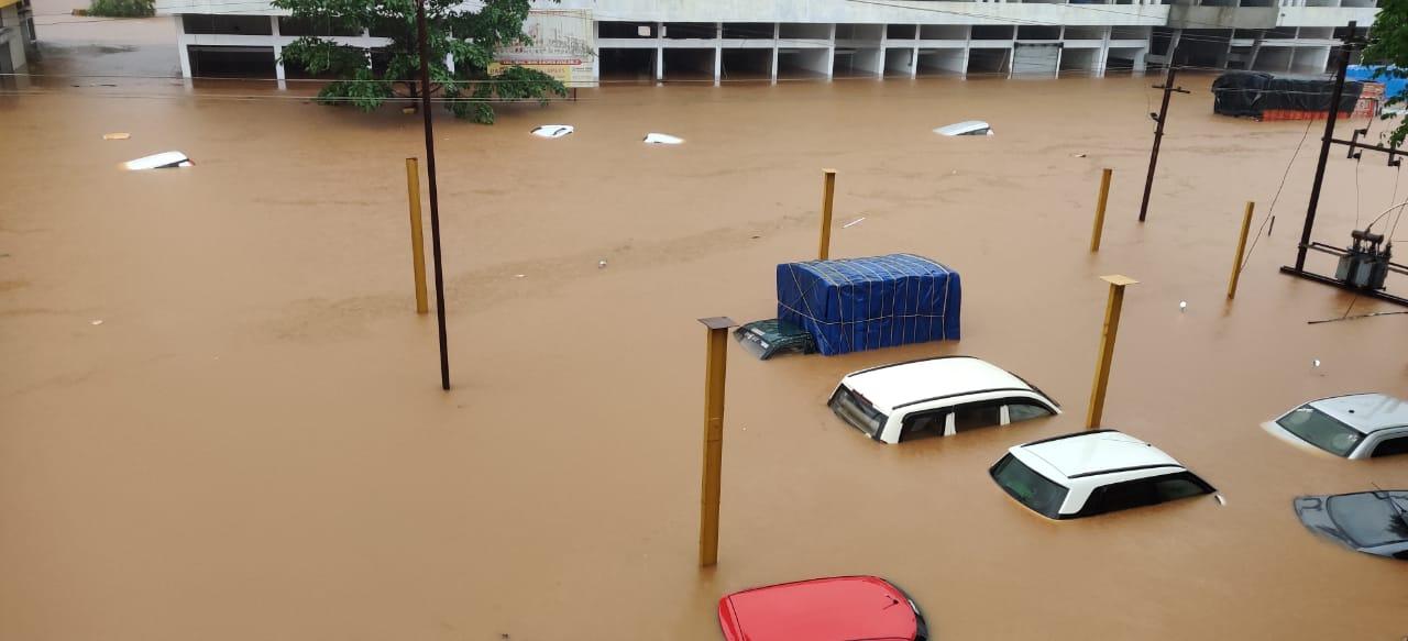 सड़कों पर खड़ी कारें पूरी तरह डूब गईं।