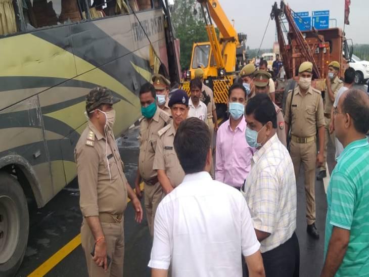 आगरा-लखनऊ एक्सप्रेस वे पर बिहार से दिल्ली जा रही बस जैसे ही करहल थाना क्षेत्र के माइलस्टोन नंबर 93 पर पहुंची डिवाइडर से टकराते हुए खंभे में जा घुसी। - Dainik Bhaskar
