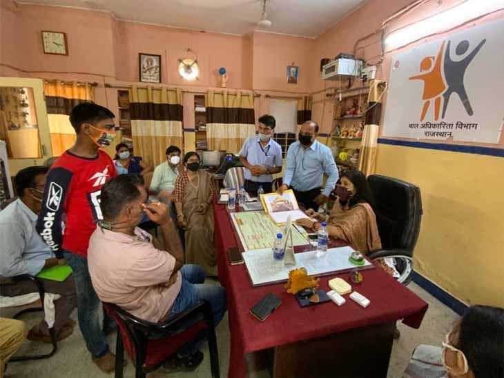 बाल संरक्षण आयोग अध्यक्ष संगीता बेनीवाल के सामने खड़ा मूक बधिर बालक गोपी। - Dainik Bhaskar