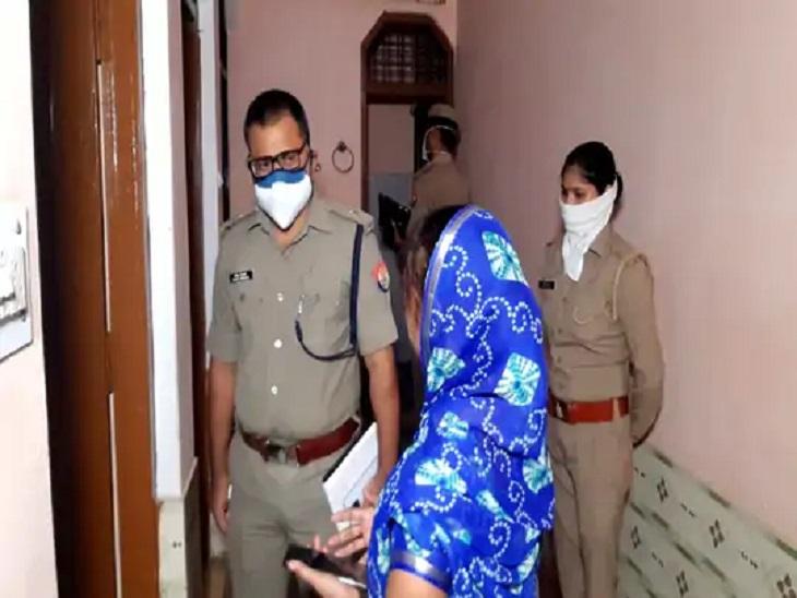 बेटी ने पुलिस को बताया था कि घर में सामान फैला पड़ा था। अलमारी में रखे जेवरात गायब थे।