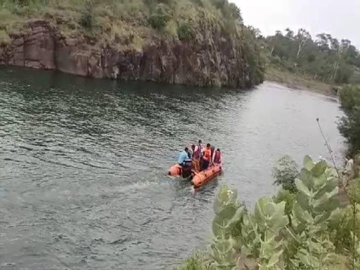 दोस्तों के साथ घूमने गया था बरगी डैम, कैनाल में उतरते समय फिसलने से नहर में बह गया, 6 किमी दूर मिला शव|जबलपुर,Jabalpur - Dainik Bhaskar