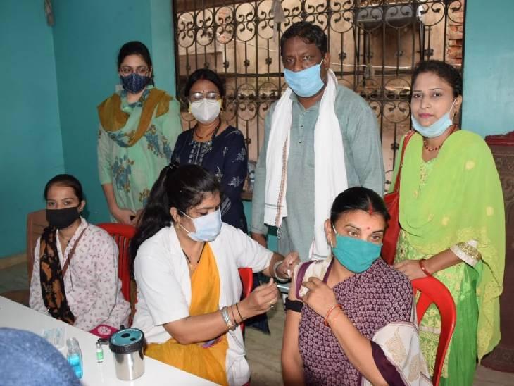 36 हजार का लक्ष्य, कोवीशील्ड के दोनों डोज लगे, तो शहर में सात सेंटर्स पर कोवैक्सीन का दूसरा डोज लगा|जबलपुर,Jabalpur - Dainik Bhaskar