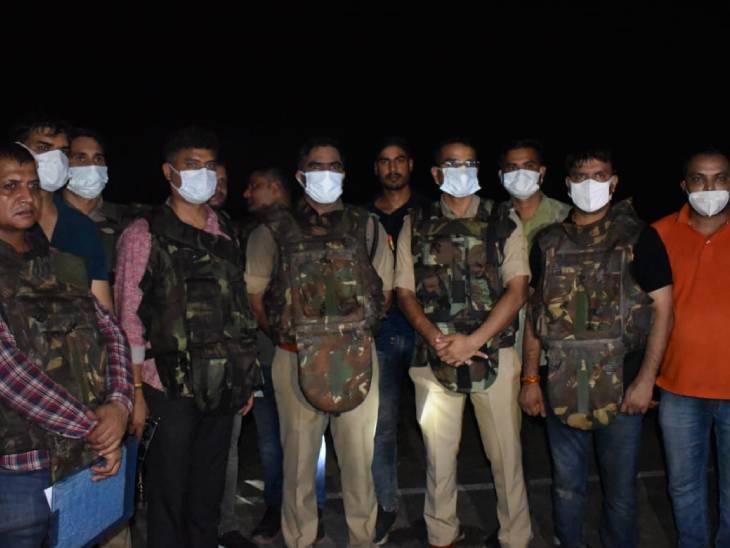 फिल्मी स्टाइल में दो घंटे तक चला एनकाउंटर, SSP ने बताई पूरी कहानी, कहा- बाइक रोकने पर पुलिस पर गोलियां चला दी, जवाबी फायरिंग में मारे गए आगरा,Agra - Dainik Bhaskar