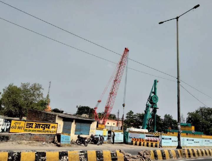 दिल्ली रोड पर चल रहे मेरठ मेट्रो रेल के काम के कारण बंद हुई एक तरफ की सड़क