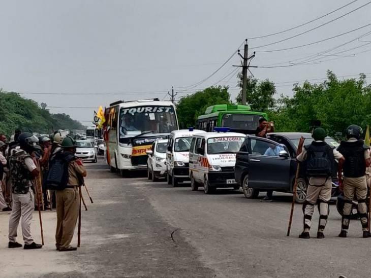 किसानों के काफिले को रोकने पर किसान नेताओं की पुलिस से तीखी नोकझोंक हुई।