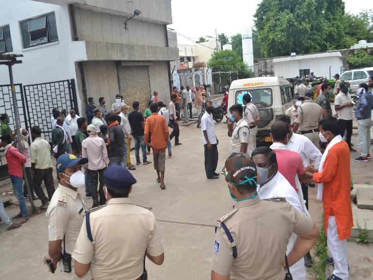 रात में महिला के साथ पकड़े गए युवक का सुबह आम के पेड़ लटका मिला शव, परिजनों ने लगाया हत्या का आरोप, पीएम के समय मचा बवाल|रीवा,Rewa - Dainik Bhaskar