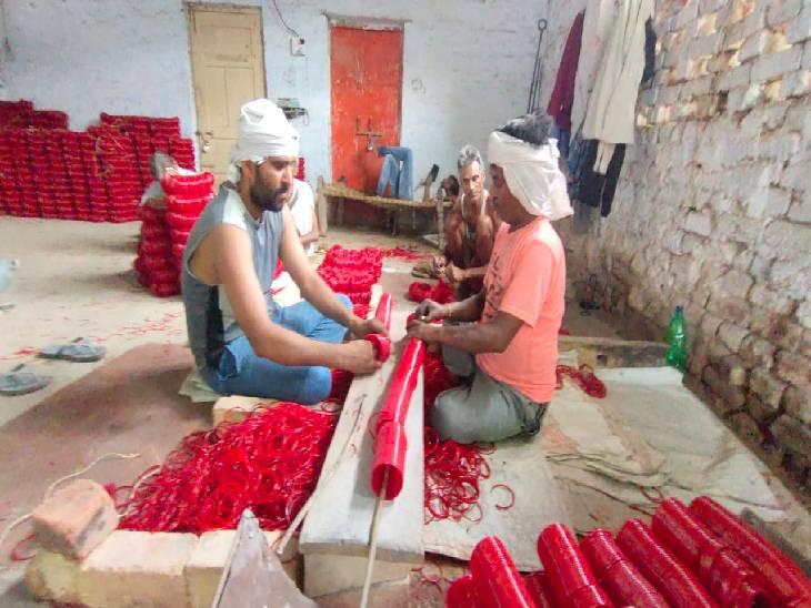 फिरोजाबाद में चूड़ी कारखानों मे काम करने वाले मजदूरों ने कारखाना मालिकों के खिलाफ आंदोलन किया, बाद में डीएम के आश्वासन के बाद काम पर वापस लौटे। - Dainik Bhaskar
