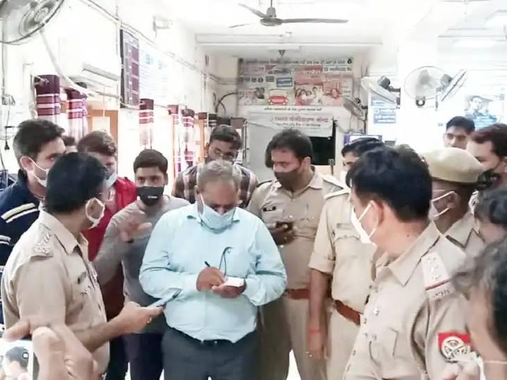 चोरी की घटना की सूचना मिलने पर बैंक पहुंची पुलिस ने कर्मचारियों से की पूछताछ।