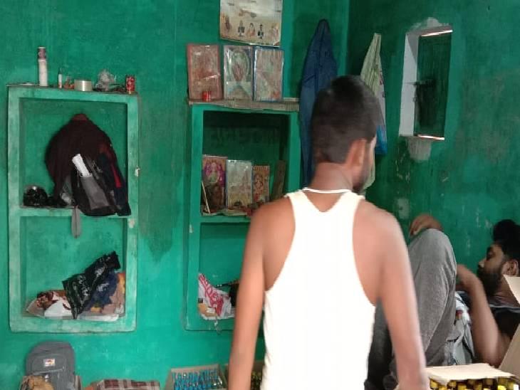 शराब दुकान के अंदर मौजूद कर्मचारी व रखी शराब। - Dainik Bhaskar