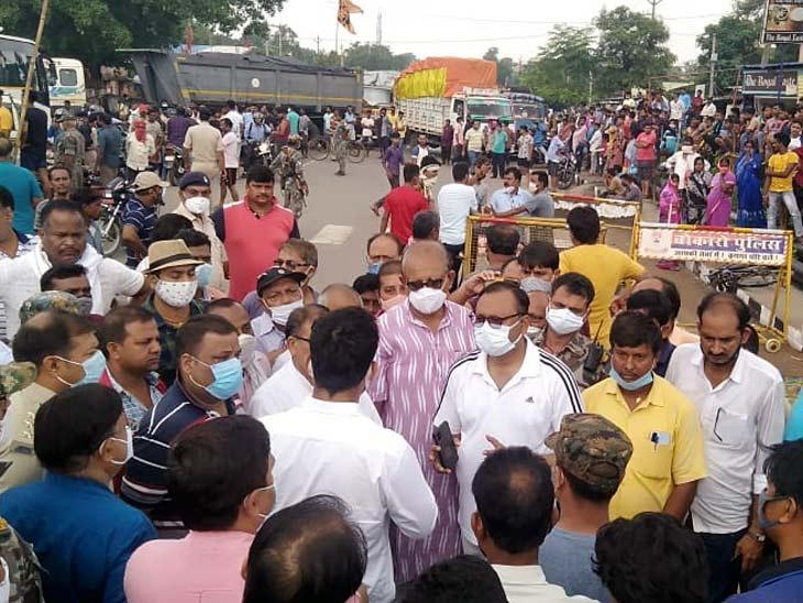 अनियंत्रित ट्रक ने स्कूटी और साइकिल सवार को कुचला, घटनास्थल से आधा KM दूर गाड़ी खड़ी कर ड्राइवर हुआ फरार; 3 घंटे रहा सड़क जाम|रांची,Ranchi - Dainik Bhaskar