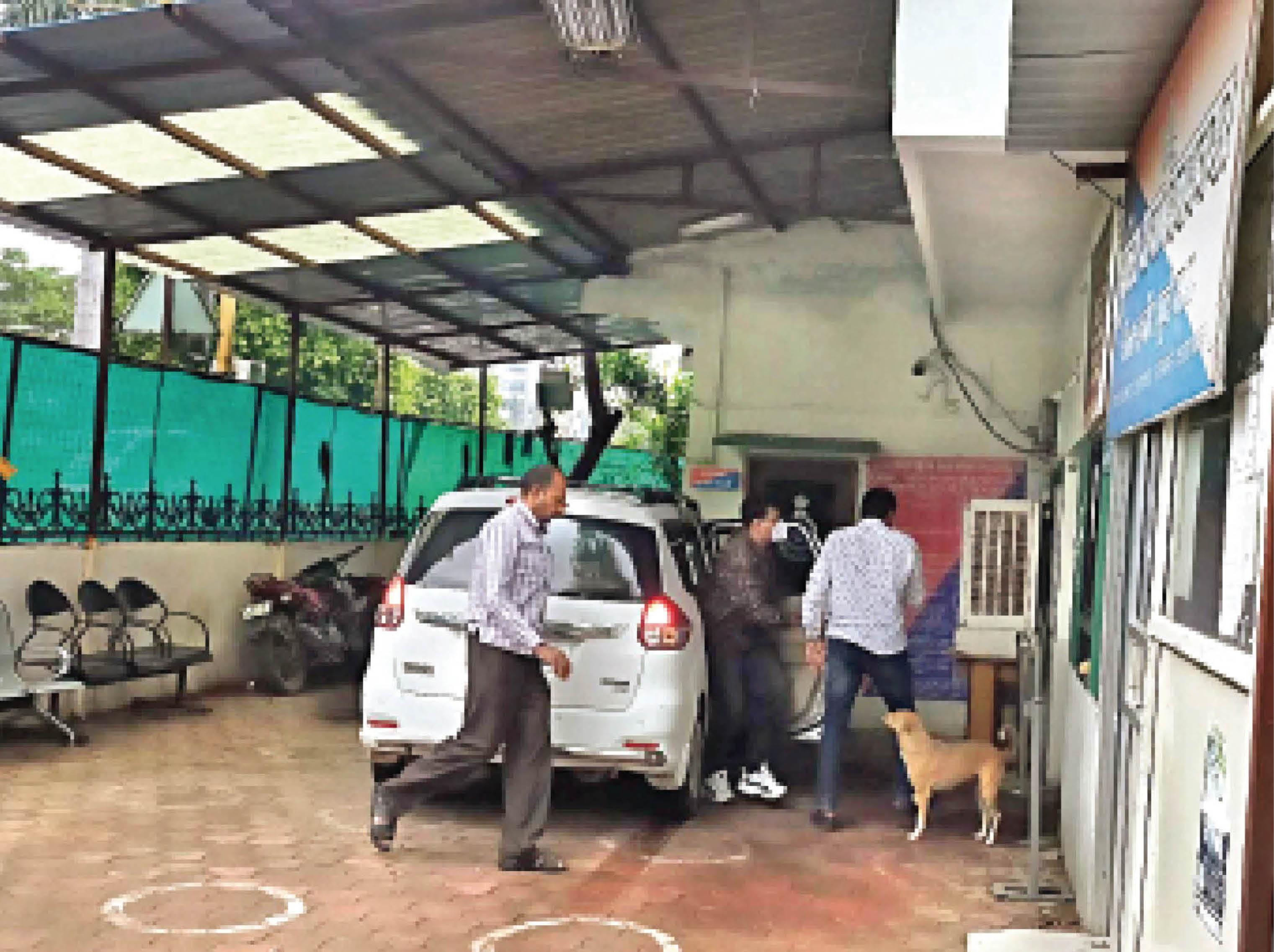 बदमाशों का जुलूस निकालने वाली पुलिस इन गुंडों को कार से लेकर पहुंची। - Dainik Bhaskar