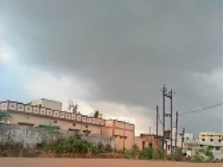 कुंदरूपारा में दोपहर को शाम जैसा नजारा, छाए रहे बादल। - Dainik Bhaskar