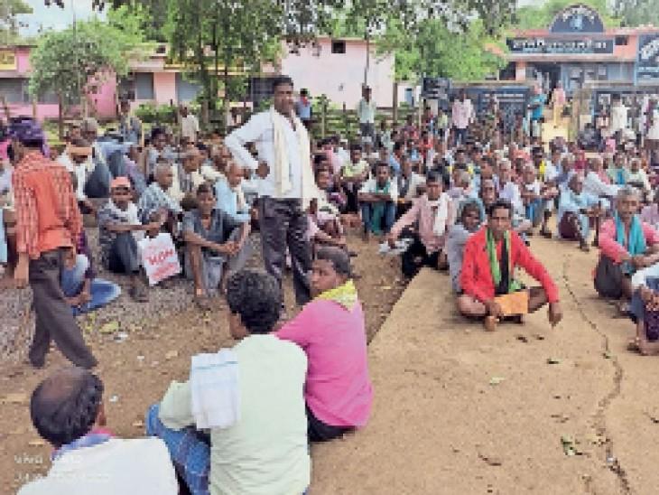 मटेवा की सोसाइटी में खाद के लिए रोजाना क्षेत्र के किसानों की भीड़ जुट रही है। - Dainik Bhaskar