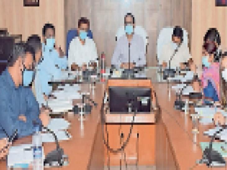 कलेक्टर ने बैठक में कोविड संक्रमण के नियंत्रण पर जोर देने निर्देश दिए। - Dainik Bhaskar