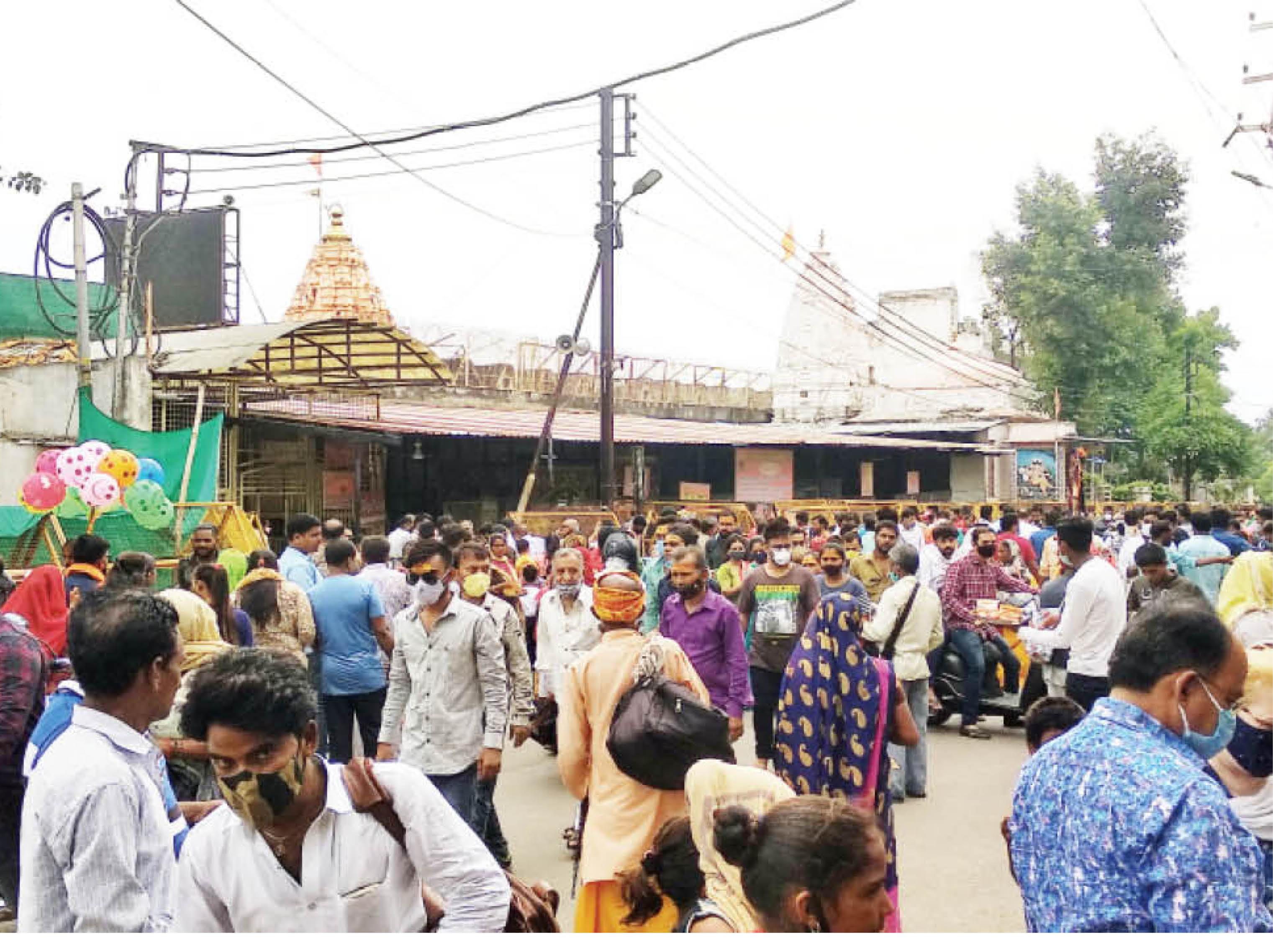 महाकाल मंदिर में बुधवार को श्रद्धालुओं की भीड़ दिनभर बनी रही। - Dainik Bhaskar