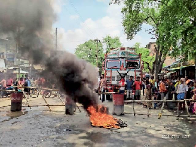 पुलिस की पिटाई से मौत का आरोप लगा थाने के सामने आगजनी करते आक्रोशित लोग। - Dainik Bhaskar