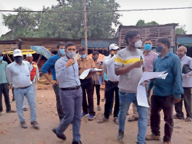 बाजार समिति का स्थल निरीक्षण करते नगर आयुक्त व एसडीओ। - Dainik Bhaskar