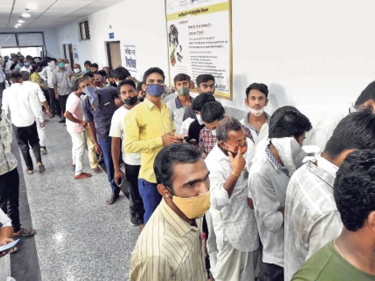 बाड़मेर. जिला अस्पताल में टीकाकरण के लिए बुधवार काे लगी कतार। - Dainik Bhaskar
