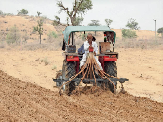 बाड़मेर. बलाऊ गांव में खेतों में बुआई करता किसान। - Dainik Bhaskar