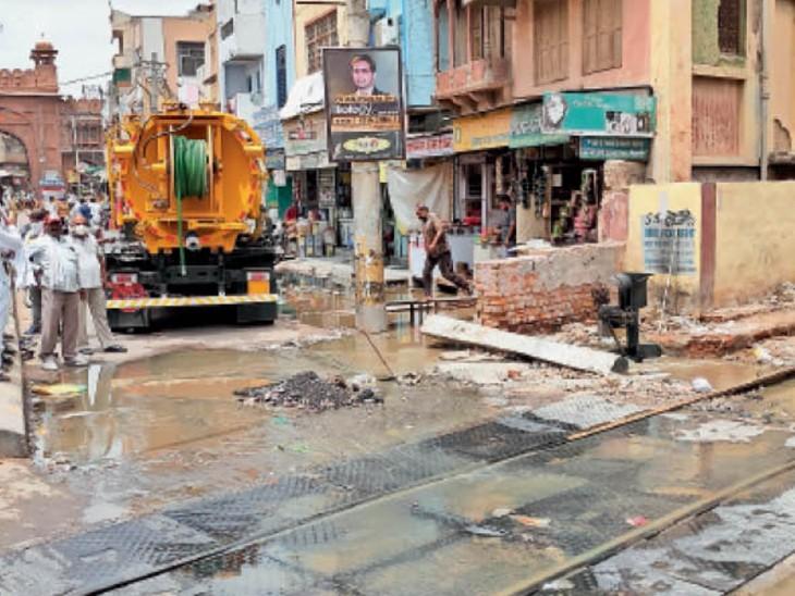 सड़क पर बहते नर्क से परेशान दुकानदारों ने रास्ता जाम कर प्रदर्शन किया। पुलिस ने मौके पर पहुंचकर जाम खुलवाया। - Dainik Bhaskar