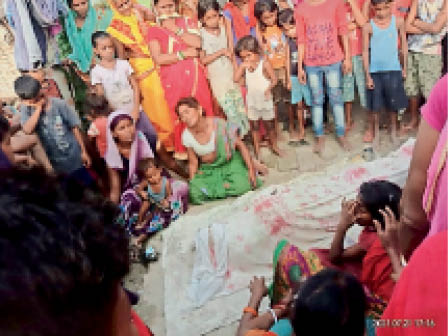 बिदुपुर में डूबने से एक व्यक्ति की हुई मौत के बाद रोते-बिलखते परिजन। - Dainik Bhaskar
