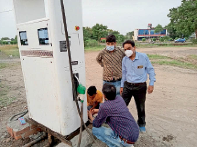 बायो डीजल मशीन की सील करते खाद्य विभाग के अधिकारी। - Dainik Bhaskar