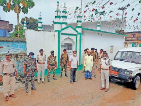 गांवों का भ्रमण के दौरान मौजूद पुलिस अधिकारी। - Dainik Bhaskar