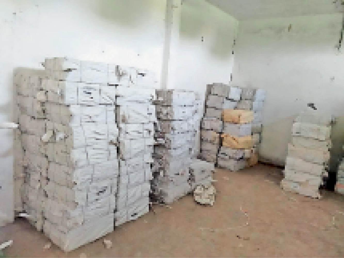 नीमच बीआरसी कार्यालय कक्ष में रखे पुस्तकों के बंडल। - Dainik Bhaskar