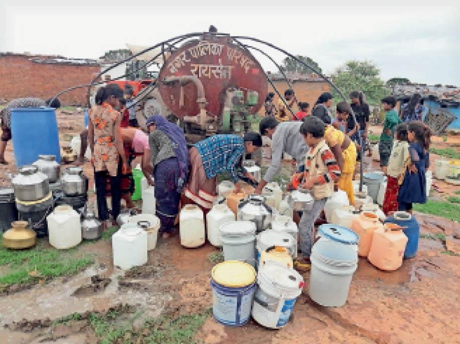 वार्ड नंबर 13 में टैंकर से पानी भरते लोग। - Dainik Bhaskar