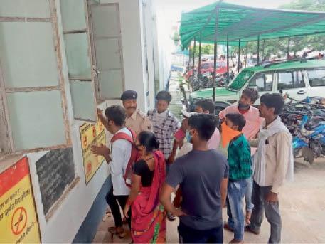 सदर अस्पताल में जांच कराने पहुंचे लोग - Dainik Bhaskar