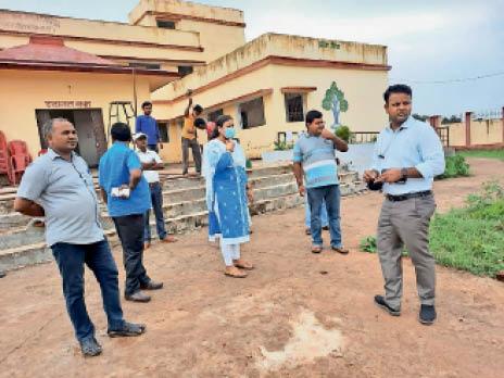शिविर के तैयारियों का जायजा लेते अधिकारी - Dainik Bhaskar