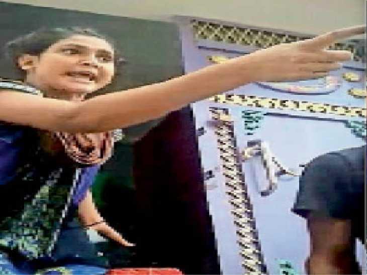 गर्भवती काजल की हत्या से पहले उसके पिता आरिफ को गोली मारने की धमकी देती कुख्यात इम्तियाज की पत्नी जेबा। वायरल वीडियो से ली गई तस्वीरों के अंश। - Dainik Bhaskar